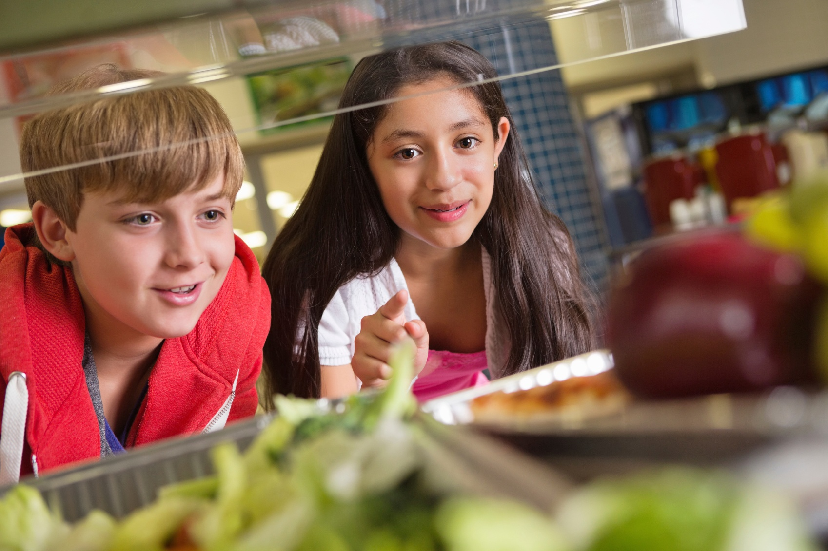 Students-choosing-healthy-food